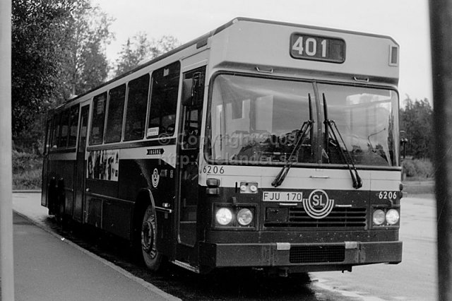 SL-bus nr 6206 on line 401 in the turnaround in Flaten, Älta, Stockholm. (1987)