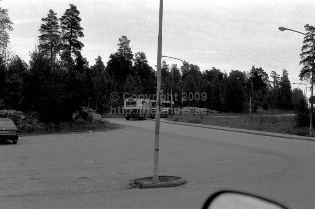 SL-bus leaving the bus stop at Flaten, Älta, Stockholm. (1987)